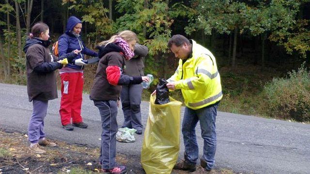 Jedna z 620 akcí uskutečněných v rámci čtvrtého ročníku 72 hodin - Radíkovčata při úklidu odpadků (foto z projektového webu 72 hodin)