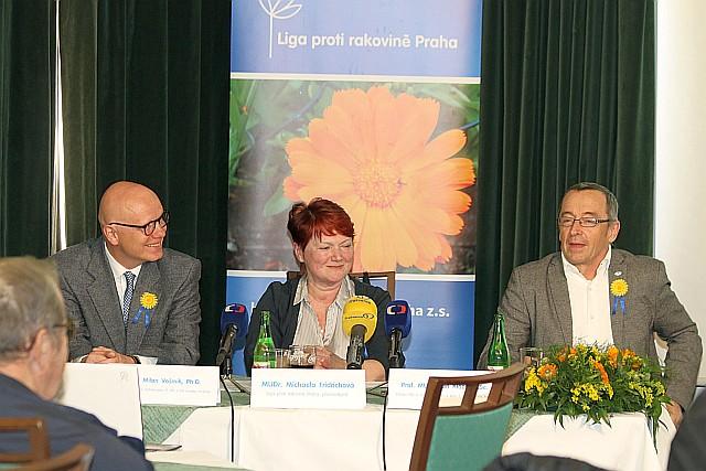 Na tiskové konferenci Ligy proti rakovině Praha (zleva) - MUDr. Milan Vošmik, Ph.D., MUDr. Michaela Fridrichová a Prof. MUDr. Jan Klozar, CSc. (foto Jiří Majer)