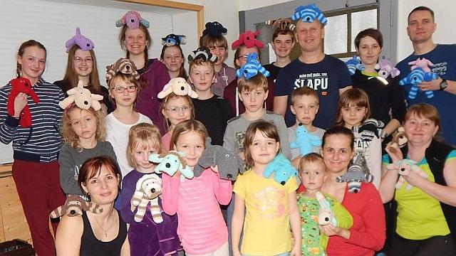Tomíci z TOM Tuři z Olomouce šili ponožkové pejsky, jejichž prodejem se získají prostředky pro výcvik asistenčních psů pro handicapované