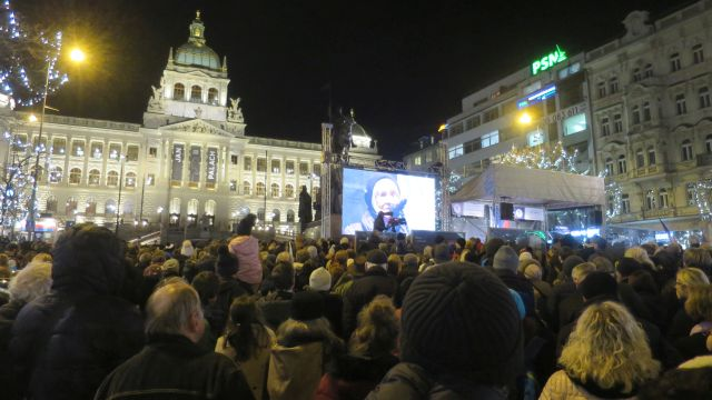 Shromáždění se světly a následující průvod Prahou připomněl 50. výročí Palachova upálení (foto Michala K. Rocmanová)
