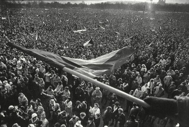 Muzeum hlavního města Prahy: Letenská pláň, 25. listopadu 1989, foto Jan Šilpoch, tisk, vydala Agentura Radost