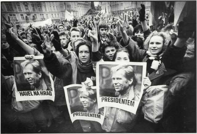 Muzeum hlavního města Prahy: Demonstranti s portréty Václava Havla k podpoře jeho zvolení prezidentem, foto Pavel Hroch