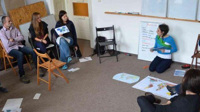 NaZemi pořádá kurzy pro pedagogy a instruktory, nabízí zejména metody kritického myšlení a globální rozvojové vzdělávání