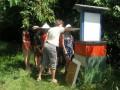 Mladí včelaři u úlu.