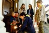 Betlémské světlo rozdávají a roznášejí skauti a skautky v předvánočním čase již 30 let (foto Zuzana Havlínová)