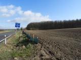 Úsek silnice s instalovanými zábranami na ochranu putujících obojživelníků (foto ČSOP)