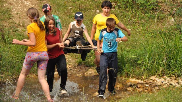 Na táboře si děti mohou vyzkoušet činnosti, které by s rodiči pravděpodobně nezažily (foto Veronika Benešová, LLM)