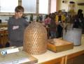 Mladí včelaři se sznamují i s historií včelařství - v popředí včelí úl pletený ze slámy.